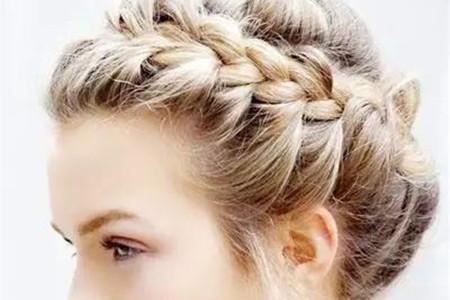 发型绽放华彩,你需要这个花瓣形编发
