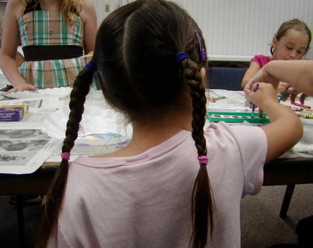 8岁女孩天生无肛门 每天要换6条内裤